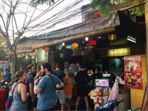 Tiệm bánh mì Phượng lúc nào cũng đông khách từ sáng sớm đến tối mịt, đông nhất vẫn là những vị khách ngoại quốc. Ảnh: hoian24h