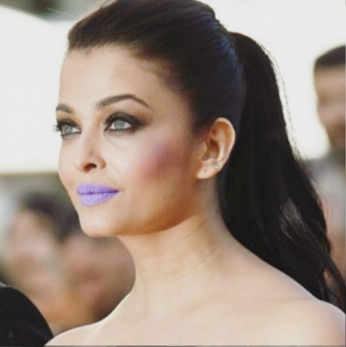 Để khuôn mặt đẹp hơn Aishwarya Rai chọn kẻ eyeliner đậm và phấn má đỏ mận.