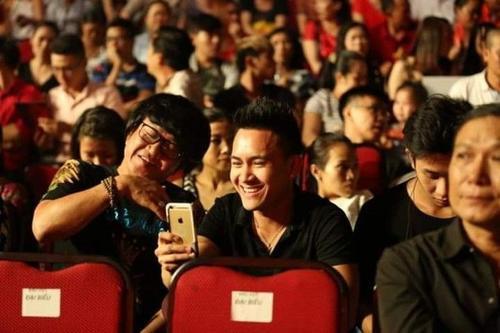 Thành Vinh và Nguyên Lộc liên tục trò chuyện vui vẻ.