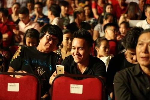 Không quên ghi lại những khoảnh khắc của cha Hoài Linh trên sân khấu.