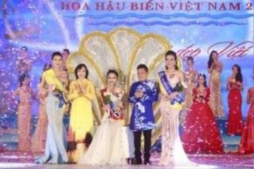 Phạm Thùy Trang trong phần thi ứng xử và bật khóc lúc được xướng tên ở vị trí cao nhất.
