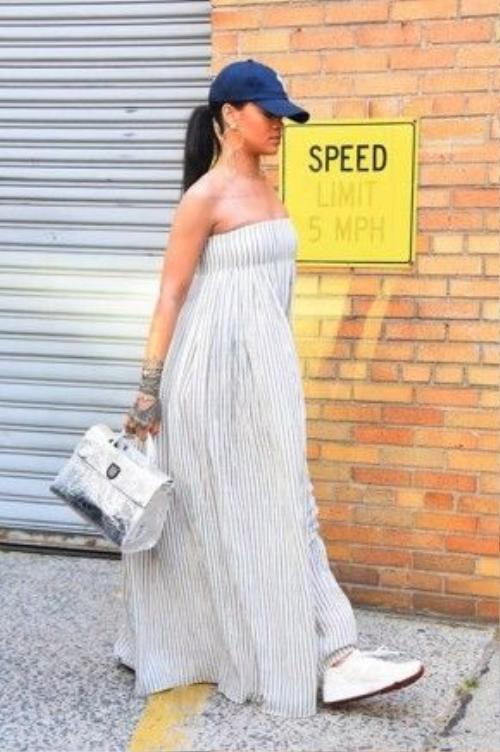 Gần đây nhất, Rihanna lại chọn chiếc váy quây lụng thụng ra phố. Với mũ phớt, giày thể thao, Rihanna vẫn cuốn hút những con mắt riêng.