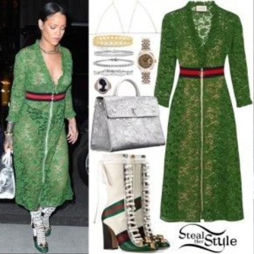 Váy maxi ren cũng mang sắc xanh lá khi kết hợp với đoi boot hầm hố tạo nên một tổng thể giàu cảm xúc và thật khó lường.