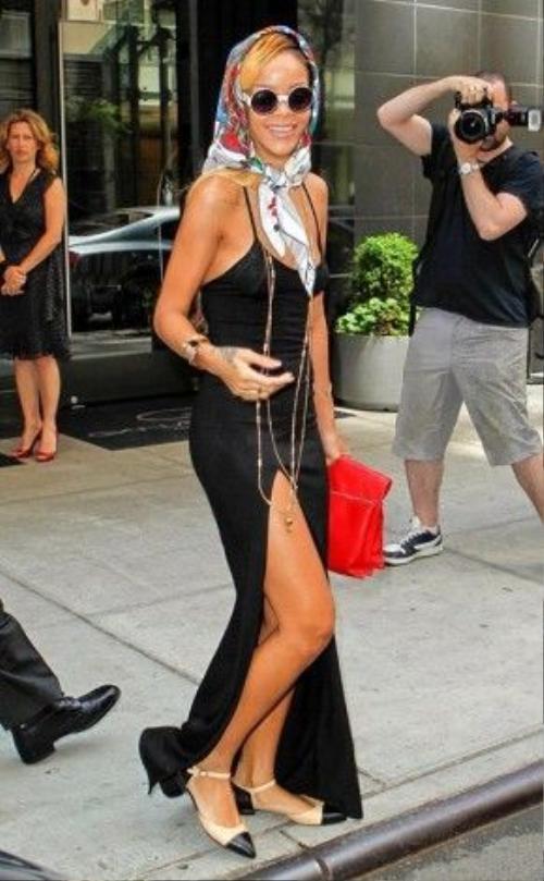 Chiếc váy maxi hai dây màu đen và xẻ đùi được Rihanna kết hợp cùng vòng dây cổ dài thượt.