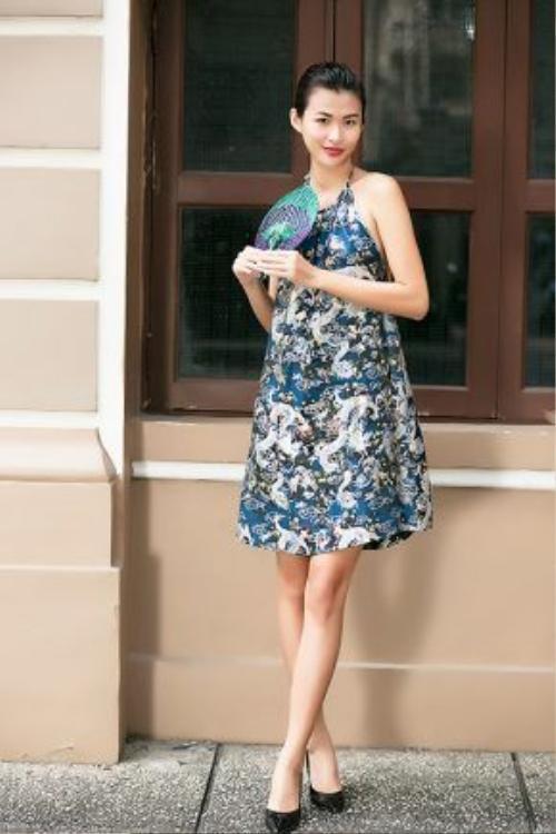 Váy cổ yếm từ chất liệu gấm giữ phom dáng.