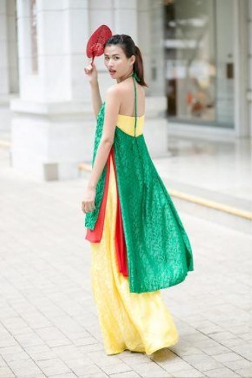 Chỉ bằng thay đổi kết hợp là váy dài bên trong áo dài yếm, người mặc có được cả nét khuê các lẫn vẻ tươi trẻ.
