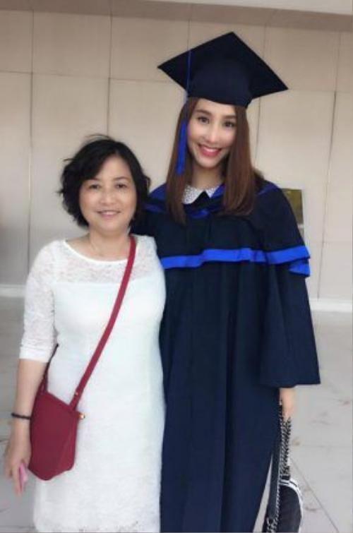 Diễm My và mẹ trong lễ Tốt nghiệp ĐH Ngoại thương.