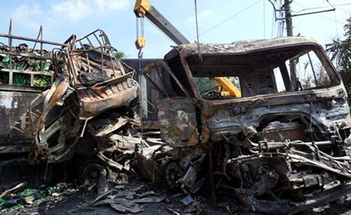 Hai xe tải bị cháy rụi hoàn toàn. Ảnh: Nguyệt Triều