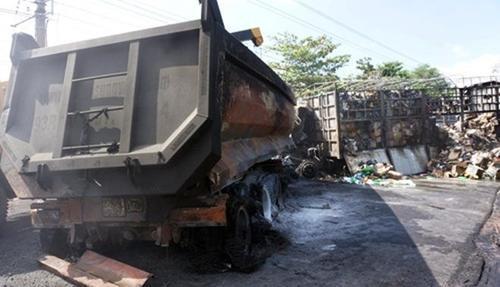 Hai xe tải đấu đầu rồi cháy rụi khiến hai người tử vong. Ảnh: Nguyệt Triều