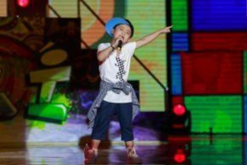 Bé Chu Tuấn Ngọc với phong cách biểu diễn khá tự tin.