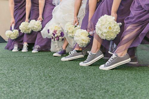 Cô dâu cùng cùng phù dâu diện những đôi converse siêu chất cho khoảnh khắc chụp hình cưới.