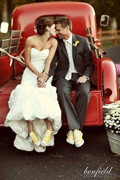 Cặp đôi này chơi trội khi chọn converse màu vàng nổi bật, tình tứ bên nhau.