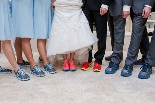 """Không chỉ cô dâu, chú rể mà cả dàn phù rể phù dâu cũng hoành tráng không kém với """"đồng phục"""" sneaker."""
