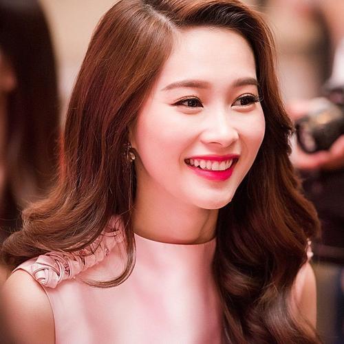 """Được mệnh danh là """"thần tiên tỷ tỷ"""", hoa hậu Đặng Thu Thảo đã làm biết bao người phải say đắm bởi vẻ đẹp ngọt ngào của mình đặc biệt với nụ cười hở lợi vô cùng duyên dáng và dịu dàng"""