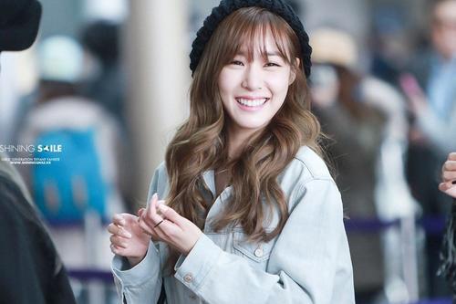 Cô nàng mắt cười Tiffany (SNSD) luôn làm các fan đổ rầm trước nụ cười kẹo ngọt như thế này. Ai bảo nụ cười hở lợi là kém duyên thì hãy nhìn Tiffany này!