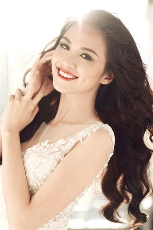 Nụ cười tỏa nắng của Diễm Hương luôn khiến người khác khó lòng rời mắt mặc dù đó là nụ cười hở lợi