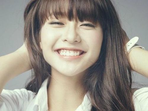 Cũng sở hữu nụ cười hở lợi duyên dáng, cô nàng boxing girl Khả Ngân cũng luôn được nhắc tới nụ cười tươi trẻ, tràn đầy năng lượng