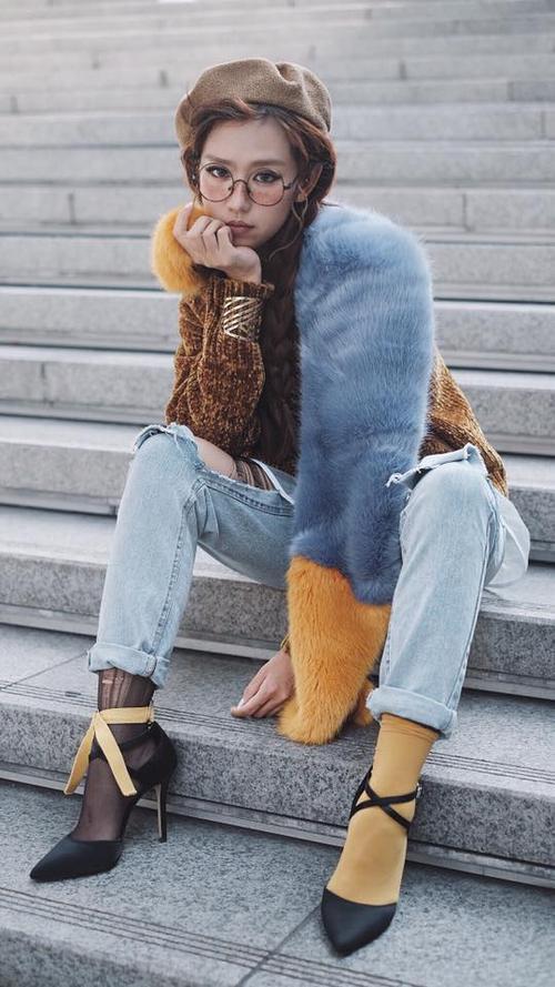 Mẫu khăn đính lông cũng rất thích hợp cho các cô nàng cá tính và năng động khi hòa phối trang phục như nữ ca sĩ Min.