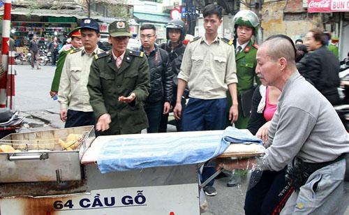 Theo Phó chủ tịch quận Hoàn Kiếm, việc xử lý lấn vỉa hè là hoạt động thường xuyên của quận