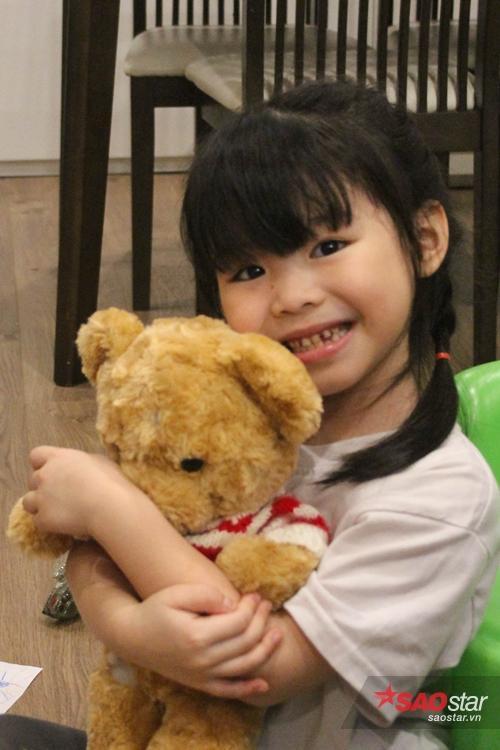 Miu và Moon cũng như bao cô bé cùng lứa tuổi, thích búp bê, vẽ tranh hay làm điệu…các bé được bố mẹ khuyến khích và tạo điều kiện để tự bộc lộ năng khiếu của mình.