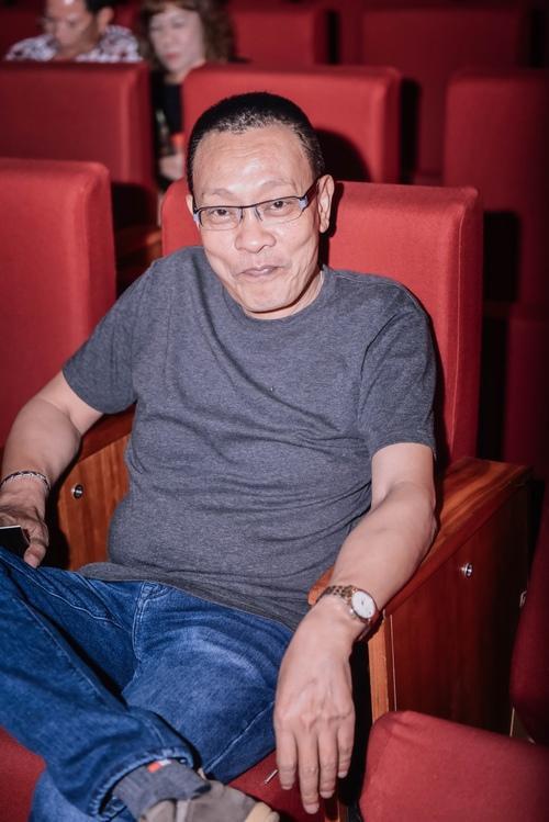 """Tối 24/6, MC """"quốc dân"""" Lại Văn Sâm bất ngờ xuất hiện tại Trung tâm Hội nghị Quốc gia, nơi diễn ralive concert kỷ niệm 25 năm ca hát của nữ ca sĩ Thu Minh. Tại đây, người dẫn chương trình Ai là triệu phú có mặt với tư cách khán giả. Ông ăn mặc giản dị vớiáo thun quần jeans nhưng lại thu hút sự chú ýkhi ngồi ở hàng ghế VIP ngay trước sân khấu."""