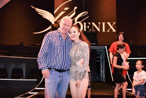 Thu Minh và chồng Tây tình tứ sau đêm nhạc. Live concert Phượng hoàng lửa–Fire Phoenix là dự án âm nhạc lớn kỷ niệm 25 năm ca hát của Thu Minh với sự đầu tư đồ sộ, hoành tráng.