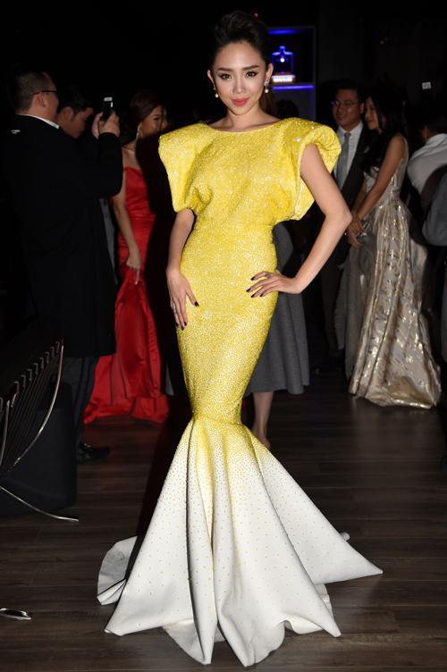 Tóc Tiên cũng là tên tuổi được Lý Quí Khánh ưu ái. Thiết kế của nữ ca sĩ có phần cá tính hơn nhờ chi tiết cầu vai. Phần đuôi cá ôm sát chân. Màu nhũ vàng giúp cô nổi bật ở sự kiện quốc tế.