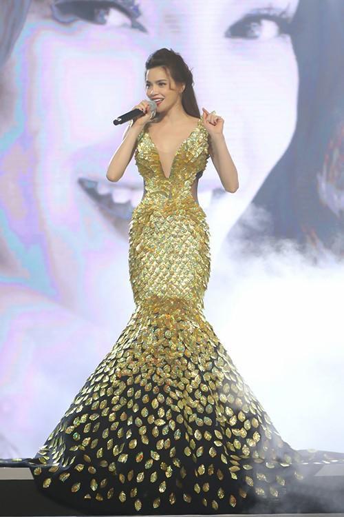 Đính kết ấn tượng là nét riêng nổi bật ở trang phục của Lý Quí Khánh. Hồ Ngọc Hà luôn là khách hàng được nhà mốt 9X ưu ái dành cho cô những tuyệt tác hoàn hảo nhất của anh.