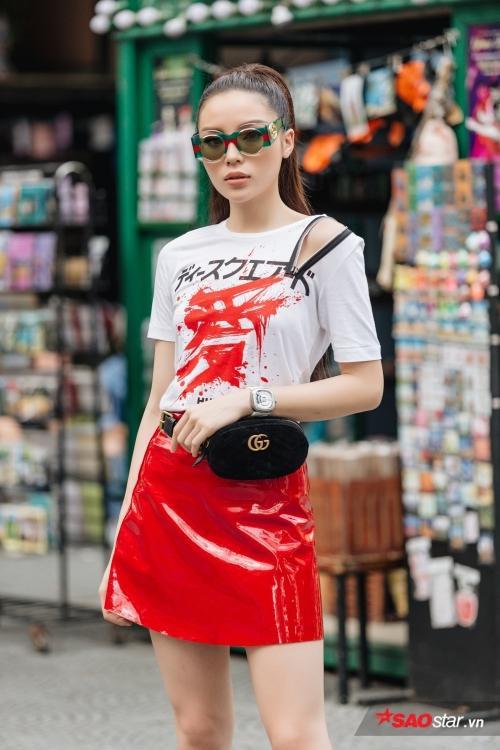 Xuất hiện tại buổi ghi hình đầu tiên của The Look, hoa hậu diện chiếc áo cut-out với phần vai lạ mắt, nhưng không phản cảm. Túi Gucci và cặp kính cùng thương hiệu khẳng định độ chịu chơi đồ hiệu của người đẹp 21 tuổi.