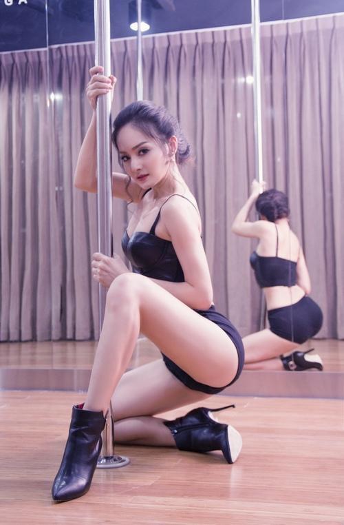 Diễn viên Lan Phương với bộ môn múa cột.