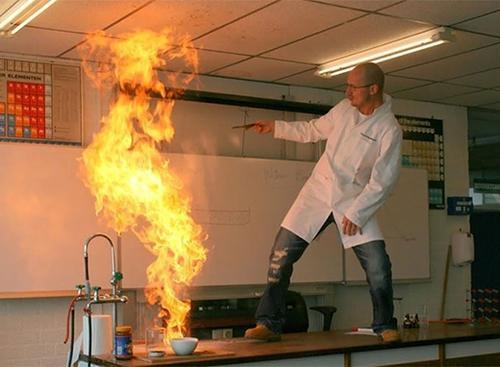 Thực hành thí nghiệm hóa học là phải như thế này này.