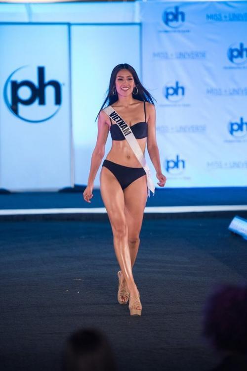 Ngay sau đó, các thí sinh bước vào phần thi Trang phục Áo tắm. Diện bộ bikini màu đen gợi cảm, đại diện Việt Nam khoe trọn hình thể đáng mơ ước, cơ bụng săn chắc, nước da ngâm đầy khỏe khoắn. Bên cạnh đó, với kỹ năng catwalk vững vàng, cô tiếp tục làm chủ sân khấu và nhận được những tràng pháo tay tán thưởng.
