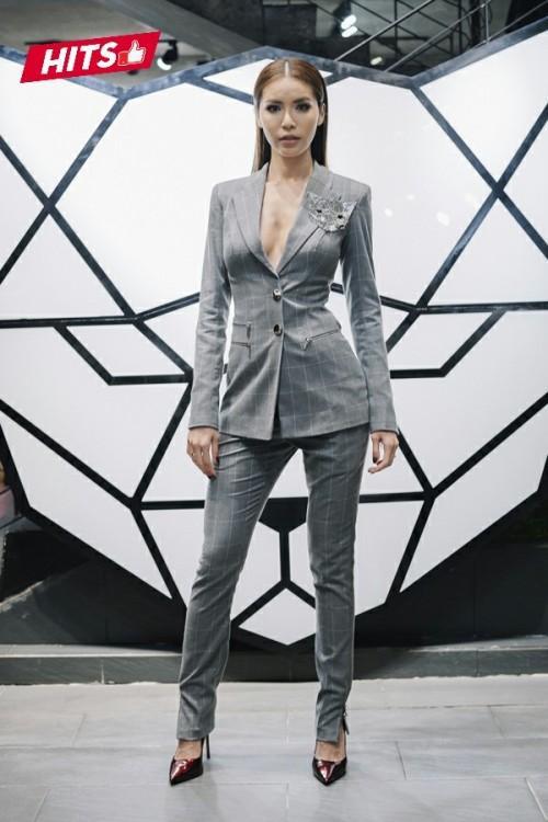 """Minh Tú nhanh chóng bắt nhịp xu hướng """"không nội y"""" cùng bộ suits thời thượng. Gam màu trung tính cùng form dáng được may đo hoàn hảo giúp hình thể cực chuẩn của HLV The Look được tôn lên cách tối đa."""