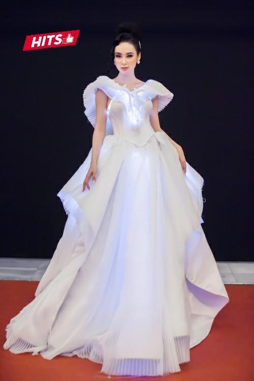 Xuất hiện tại thảm đỏ MAMA, Angela Phương Trinh ghi dấu ấn với chiếc váy dạ hội đính đèn led dọc thân váy của NTK Nguyễn Tiến Truyển. Nhờ thiết kế đặc biệt, nữ diễn viên bỗng chốc trở thành nàng Lọ Lem trong đêm dạ vũ đời mình.