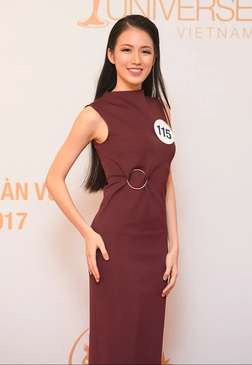 Trong những sự kiện bên lề cuộc thi Hoa hậu Hoàn vũ, người đẹp gốc Hà thành thường chọn những thiết kế đơn giản, sang trọng. Đơn cử như mẫu váy ôm với chi tiết khoen kim loại này.