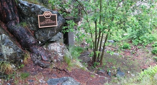 Ngày nay, chính quyền địa phương đã gắn lên một tảng đá gần khu mỏ tấm bảng để giúp du khách dễ nhận biết được địa điểm mà mình muốn ghé thăm. Ảnh:AmusingPlanet.