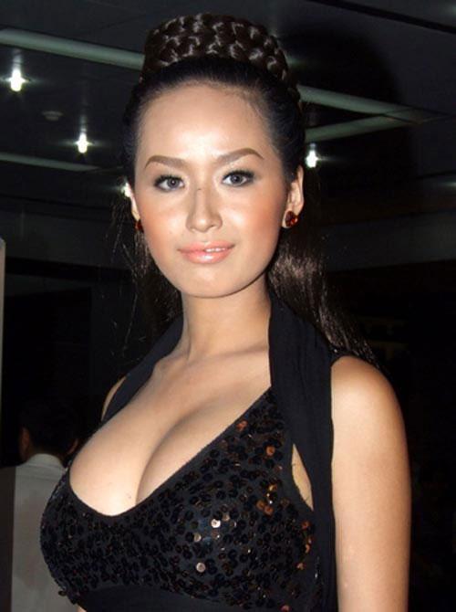 """Đây là một trong những bức ảnh khiến người xem """"nghẹt thở"""". Nhiều người yêu mến cho rằng Mai Phương Thúy là một trong những hoa hậu có vòng một khủng nhất trong lịch sử hoa hậu Việt Nam."""