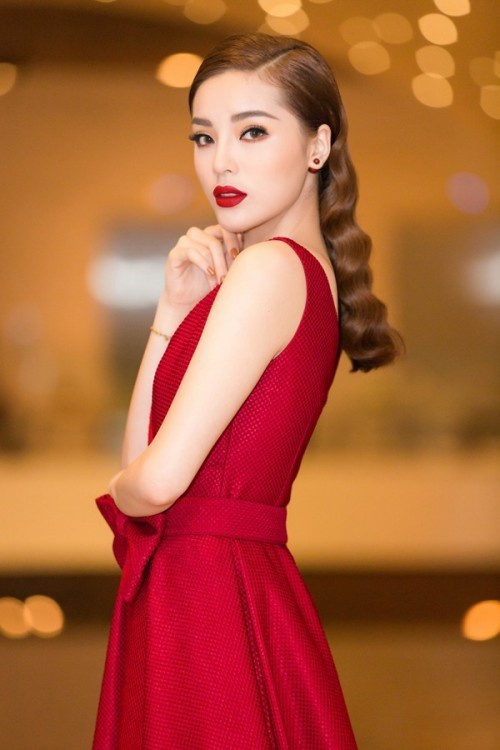 Trong một sự kiện mới đây, Kỳ Duyên đã mặc chiếc đầm đỏ rực này. Thường xuyên lọt top sao mặc xấu khi mới đăng quang Hoa hậu Việt Nam 2014, Hoa hậu Kỳ Duyên giờ đây sở hữu gout thời trang cực kì ấn tượng khiến không ít các tín đồ thời trang phải học hỏi.