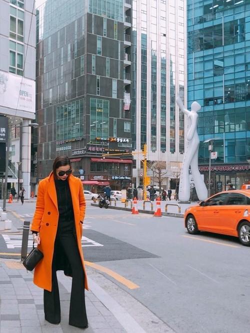 Khi diện thời trang mùa đông thì chiếc quần ống loe vẫn được Hồ Ngọc Hà ưu ái khi lên đồ. Cô phối hợp với áo khoác dạ dáng dài tạo vẻ ngoài sang trọng.