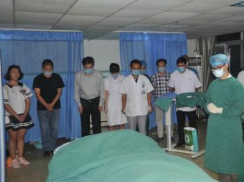 Người thân và đồng nghiệp cúi đầu trước thi thể bác sĩ Chen.