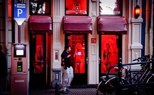 """Phố đèn đỏ là một trong những điểm tham quan du khách truyền tai nhau """"phải tới"""" khi đến Amsterdam. Ảnh: emaze."""