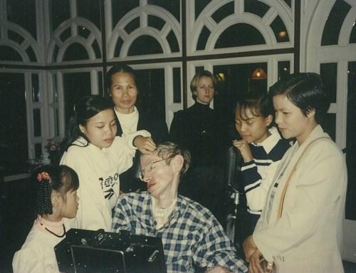 Thu Nhàn và cha nuôi Stephen Hawking, khi ông đến thăm làng trẻ S.O.S (Thu Nhàn là người mặc áo trắng đứng bên trái).