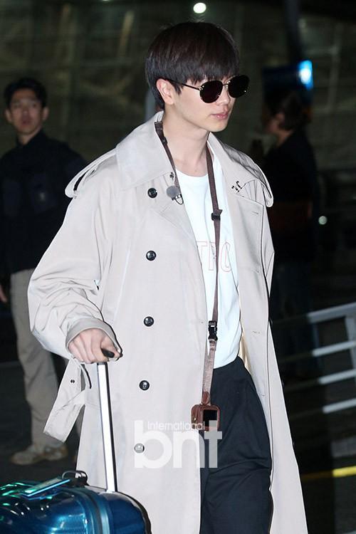 Yook Sung Jae siêu điển trai với kính đen và áo măng tô.