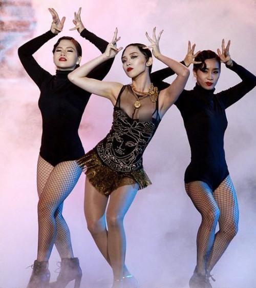 Chiếc váy có phần cúp không vừa vòng một cùng việc liên tục thực hiện các động tác nhảy múa là nguyên nhân khiến Tóc Tiên phải rơi vào trường hợp dở khóc, dở cười trên.