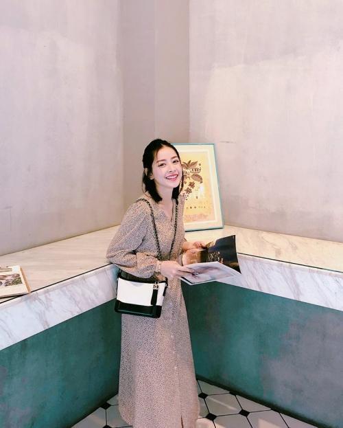 Váy hoa nhí chấm bi còn giúp Chi Pu có được vẻ ngoài trẻ trung cực xinh xắn.