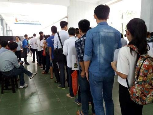 Thí sinh xếp hàng để nộp hồ sơ xét tuyển vào Đại học Bách khoa Hà Nội. (Ảnh: Phạm Mai/Vietnam+).