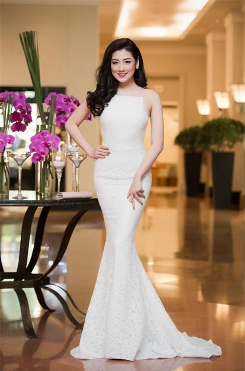 Một trong những kiểu váy đem lại cho người đẹp sự nữ tính trên thảm đỏ chính là các thiết kế đuôi cá ôm sát, cùng gam màu trắng, beige…