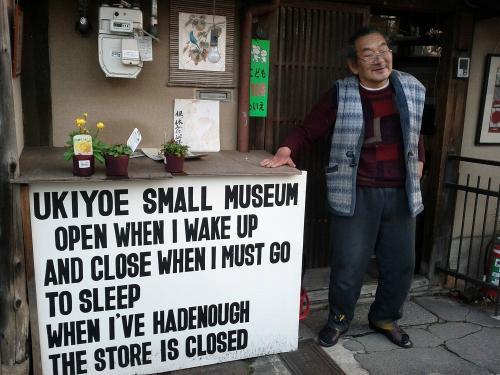 Ông Ichimura Mamoru và tấm biển trước bảo tàng của mình. Ảnh: Flickr.