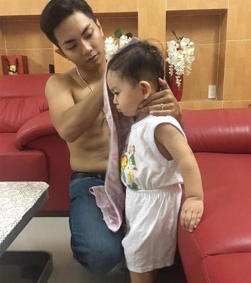 Mặc dù làm bố khi còn khá trẻ nhưng Phan Hiển rất chu đáo trong khoản chăm con.