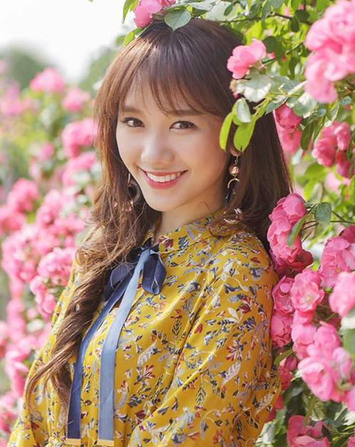 """Từ khi bắt đầu được công chúng biết tới, Hari Won đã gắn bó với kiểu tóc dài mái lưa thưa đậm chất Hàn Quốc. Có ưu điểm là ôm lấy gương mặt, tạo cảm giác mặt thon thả và trẻ trung hơn nên tóc mái thưa từ nhiều năm nay đã trở thành """"thương hiệu"""" của bà xã Trấn Thành."""